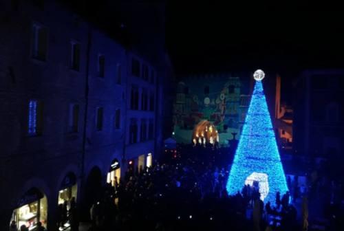 A Fabriano e Genga, illuminati gli Alberi di Natale. Domani a Sassoferrato