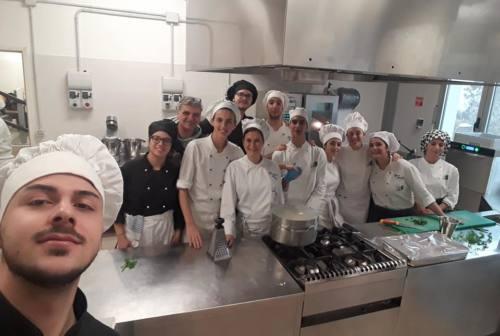 """Osimo, i ragazzi dell'alberghiero preparano la cena per """"Solustri"""""""