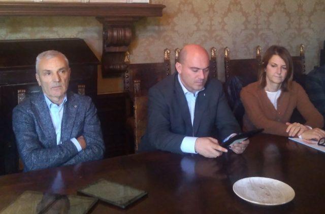 Presentato il nuovo sistema di gestione delle mense scolastiche a Osimo. Da sinistra: il presidente Asso Luigi Persiani, il sindaco Simone Pugnaloni e il vicesindaco Paola Andreoni