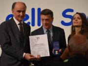 Sandro Petrucci, presidente dell'Atletica Fabriano, mentre riceve la Stella d'Oro al Merito Sportivo assegnata alla sua società, con lui Fabio Luna, presidente del Coni Marche