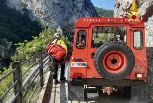 Scivola mentre sta facendo arrampicata, soccorso da un pompiere fuori servizio