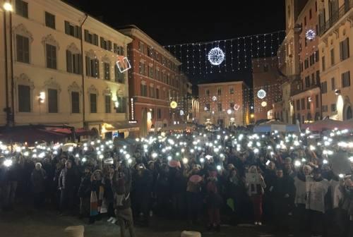 Oltre due mila sardine invadono piazza del Papa ad Ancona: «Basta con la politica dell'odio»