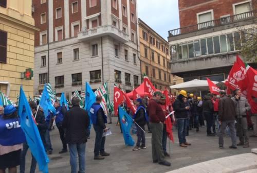 I lavoratori del settore edile in piazza. I sindacati: «Sbloccare le opere al palo nelle Marche»