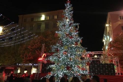 Giochi di luci, neve artificiale e ruota panoramica: la magia del Natale invade Ancona (FOTO E VIDEO)