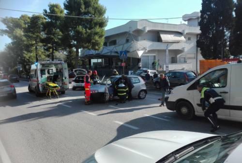 Osimo, schianto in via Polo: anziana incastrata tra le lamiere