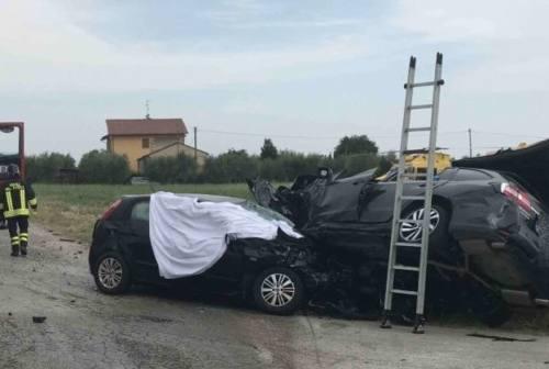 Morrovalle, schianto fra auto: un morto e un ferito grave