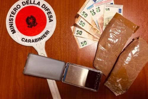 Nascosti sotto le suole delle scarpe 115 grammi di eroina: 30enne in manette