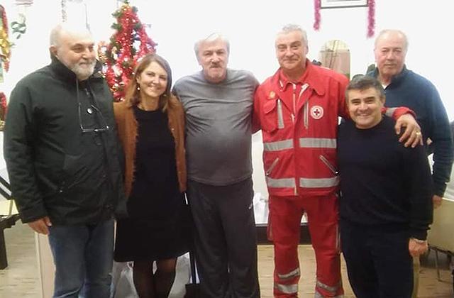 """Alcuni partecipanti al pranzo di natale al centro """"L'accoglienza"""" di Osimo: da sinistra il consigliere Stefano Simoncini"""