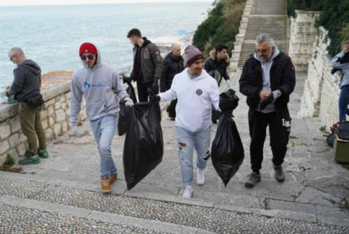 Giovani ecologisti puliscono il Passetto. Andrea Alfieri: «Un mare di solidarietà per l'ambiente»