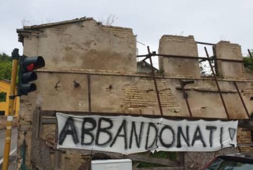 Sappanico: la demolizione dell'edificio comunale deve attendere. I residenti: «Basta prese in giro»