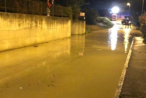 Fabriano, si rompe un tubo nella notte: migliaia di utenze senza acqua e una via allagata