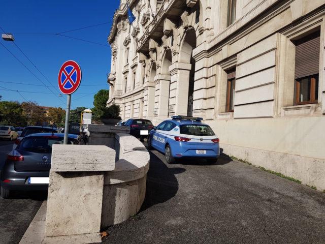 Le forze dell'ordine davanti al comune di Ancona