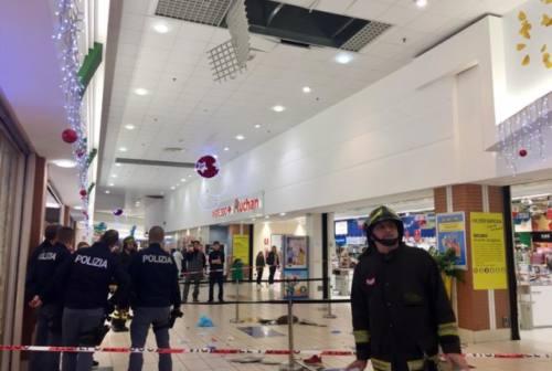Cade dal tetto dell'Auchan, 12enne in gravi condizioni