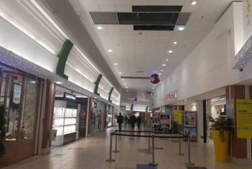 Caduto dal tetto dell'Auchan di Ancona: educatore e addetto alla sicurezza rischiano il processo
