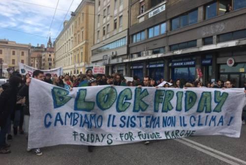 """Quarto sciopero globale per il clima: ad Ancona il corteo dei """"Block Friday"""""""