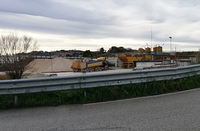 La centrale di betonaggio tra la complanare e via Mattei, a Senigallia