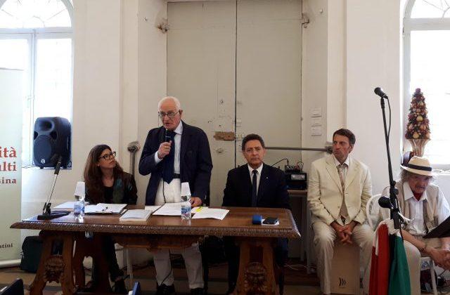 La chiusura dell'anno accademico dell'università degli adulti della Media Vallesina. In piedi il presidente Riccardo Ceccarelli