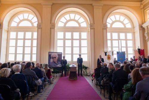 Recanati, funerali di Piero Cesanelli: lacrime e applausi per il padre di Musicultura