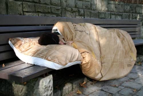 Coprifuoco e regole anti-Covid: clochard multati di notte e la mattina di Natale. La lotta per annullare le sanzioni