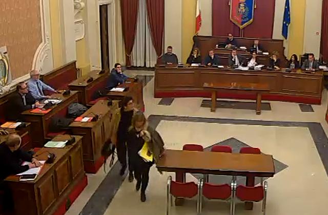 Elisabetta Palma e Stefania Martinangeli (M5S) abbandonano i lavori del consiglio comunale di Senigallia|Elisabetta Palma in consiglio comunale
