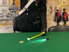 La pila e il metro usati dal ladro di Fano per rubare le offerte in chiesa