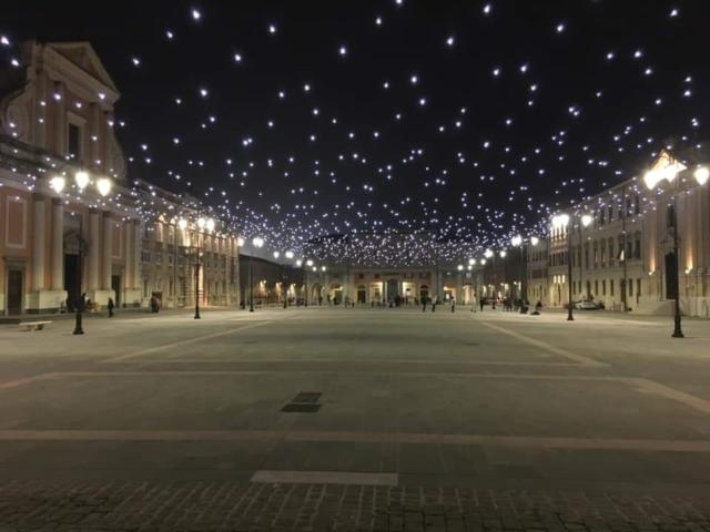 Il gioco di luci in piazza Garibaldi