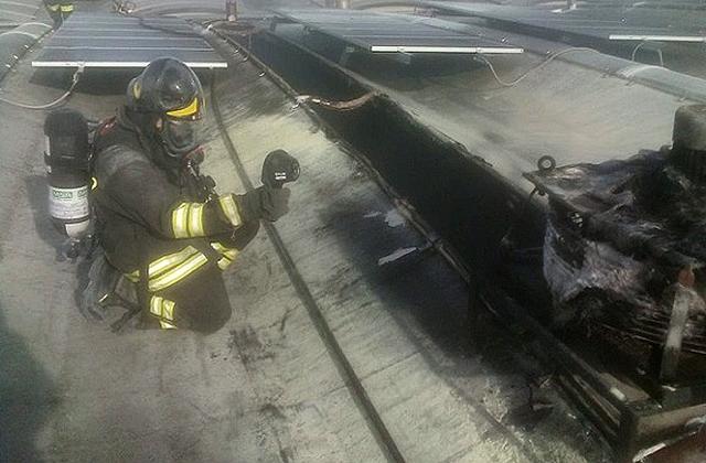 I vigili del fuoco hanno domato l'incendio alla ditta dolciaria Giampaoli di Ancona I mezzi dei vigili del fuoco intervenuti per l'incendio alla ditta dolciaria Giampaoli di Ancona