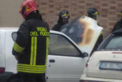 Senigallia, auto a fuoco a fianco della chiesa