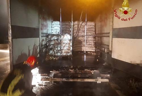 Semirimorchio in fiamme sull'A14: intervengono i Vigili del fuoco