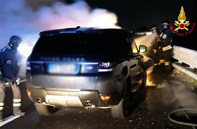 L'incendio che ha distrutto un'auto sull'A14 all'altezza di Porto Recanati