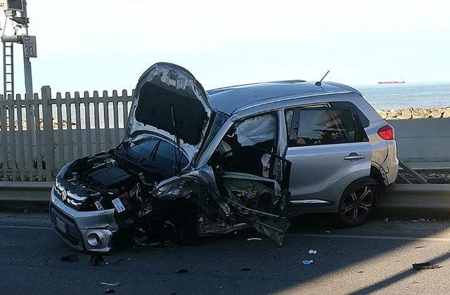 L'auto dopo l'incidente ad Ancona, lungo la Flaminia
