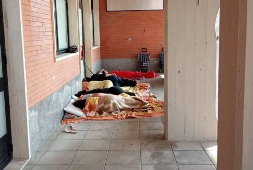Jesi: cinque senzatetto dormono in stazione, allertate le forze dell'ordine