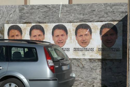 Anche a Senigallia i manifesti col volto del premier Conte
