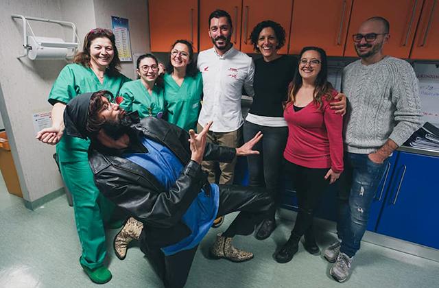 """Il gruppo di organizzatori dell'evento """"Re-parto in moto"""" con il personale dell'ospedale e Alessandro Polita"""