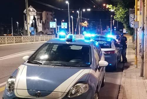 Ubriaco vuole scardinare la porta di casa: la compagna impaurita chiama la polizia