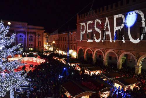 Pesaro: 20mila luci accendono l'albero di Natale. Festa, misure di sicurezza e accessi chiusi