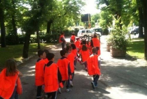 Fabriano, 100 mantelle anti pioggia per i bambini del Piedibus