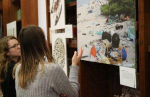 """La mostra """"Planet or plastic"""" del National Geographic allestita dall'Università di Macerata nella biblioteca di via Oberdan"""