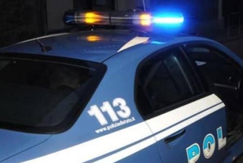 Macerata: palpeggia la barista, manda al pronto soccorso tre agenti e sfonda una porta della questura