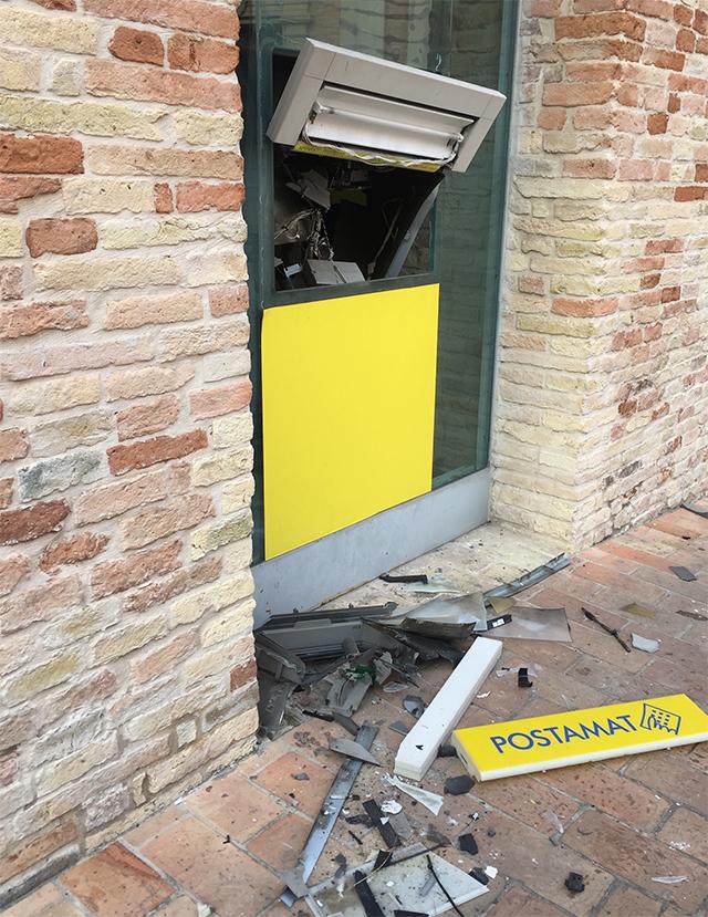I resti del postamat di piazza del Cassero a Corinaldo assaltato dai ladri