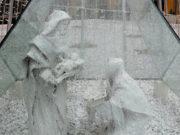"""La """"Sacra Famiglia"""" della nota scultrice Giovanna Fiorenzi: il presepe è stato allestito in piazza Roma a Senigallia"""