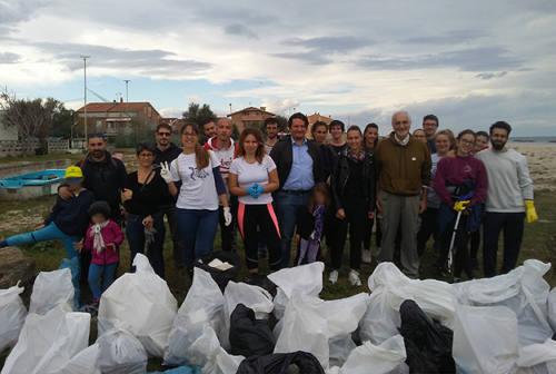 Cento kg di rifiuti raccolti dalla spiaggia di Falconara grazie ai volontari