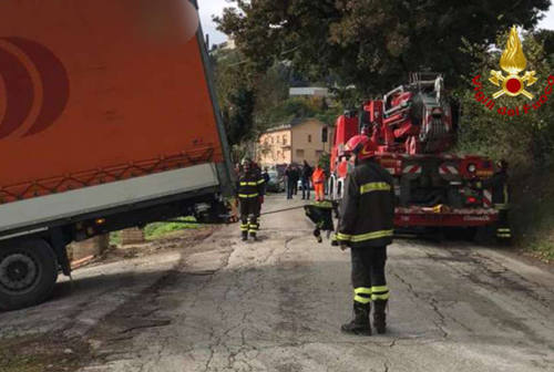 Arcevia, autoarticolato fuori strada recuperato dai Vigili del fuoco