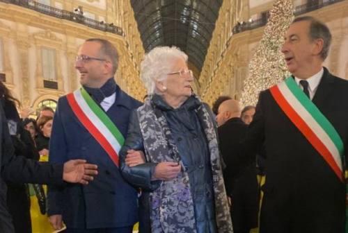 Oltre 600 sindaci in piazza a Milano per Liliana Segre. «Saremo noi la sua scorta»
