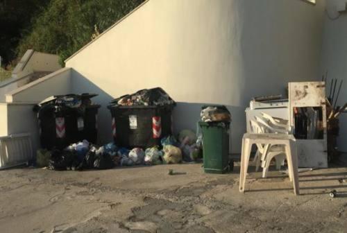 Degrado sulla spiaggia del Passetto: rifiuti e frigoriferi abbandonati
