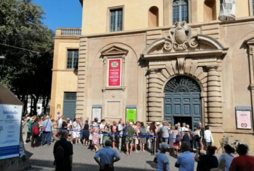 Pesaro, una notte davanti al teatro per i biglietti del Rof