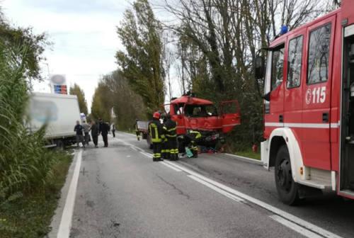 Scontro tra due camion a Serra de' Conti, conducente incastrato nell'abitacolo