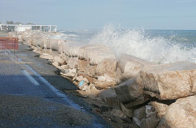 Le mareggiate sulla costa a Marina di Montemarciano