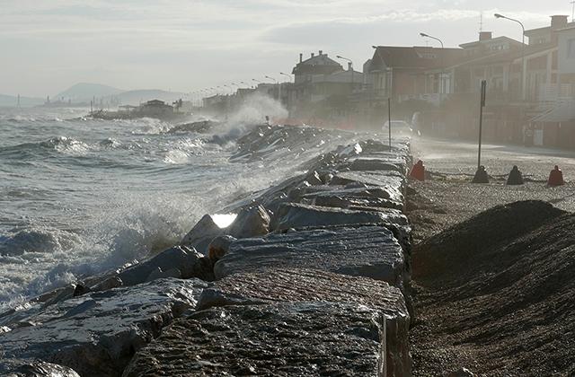 Le forti mareggiate sferzano il lungomare a Marina di Montemarciano, accentuando il fenomeno dell'erosione costiera