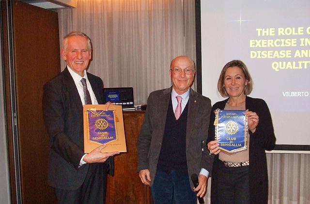 Da sinistra il rettore Uniurb Vilberto Stocchi, il presidente Rotary Senigallia Massimo Spadoni Santinelli e la presidente del Cogeu Luigina Bucci
